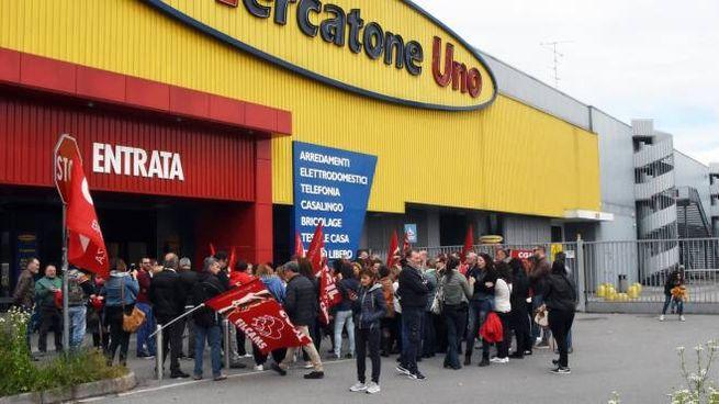 Una manifestazione davanti a un punto vendita del gruppo fallito (Brianza)
