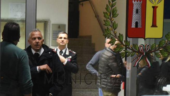 Carabinieri in municipio a Zandobbio