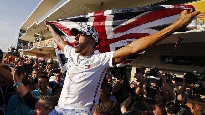 Lewis Hamilton portato in triondo: è il suo sesto titolo iridato (Ansa)