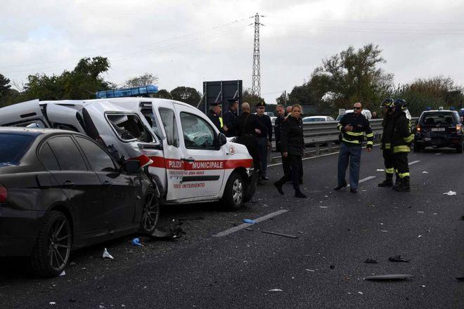 Auto travolge carabinieri e vigili urbani: tre feriti gravi