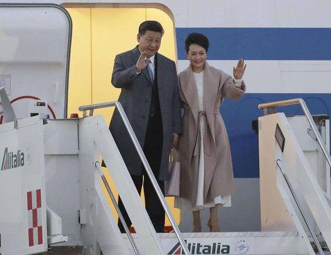 Il presidente cinese Xi Jinping all'arrivo in Italia insieme alla moglie nel marzo scorso