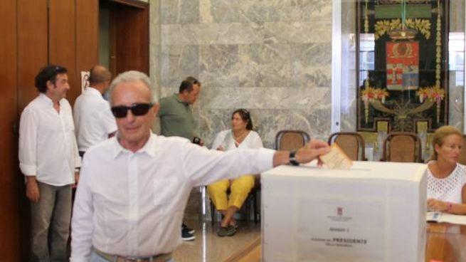 Rosolino Bertoni sindaco di Palazzo Pignano mentre si reca alle urne