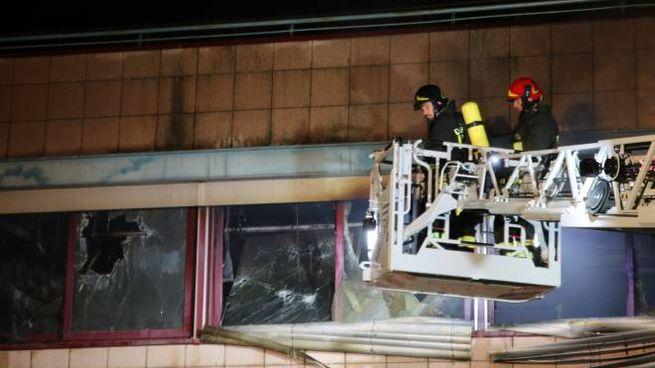 I vigili del fuoco sul luogo dell'incendio (foto Valtriani)