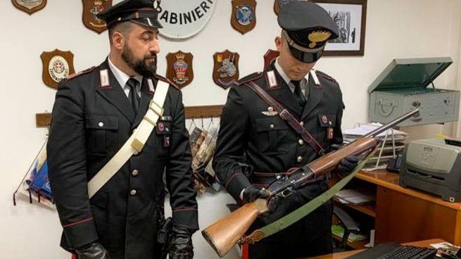 I carabinieri mostrano il fucile calibro 12