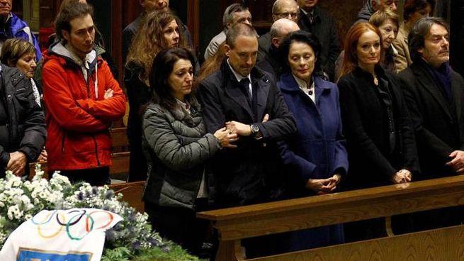 In prima fila la moglie e i figli di Mario Cotelli. Sul feretro il tricolore
