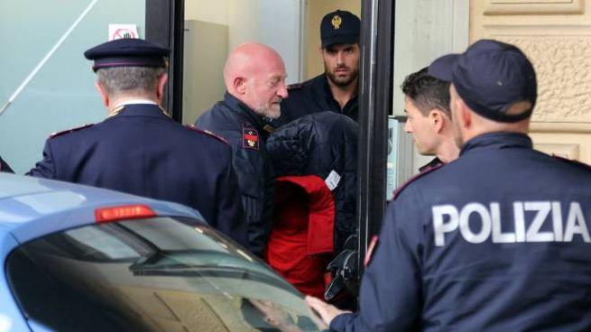 Accoltellamento sul Frecciarossa, la polizia porta fuori dalla stazione Foti (nascosto)