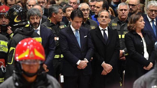 Fico, Conte, Giro e Lamorgese ai funerali dei vigili del fuoco morti ad Alessandria (Ansa)