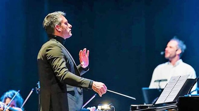 Il direttore d'orchestra Giacomo Loprieno e sullo sfondo Matteo Taranto