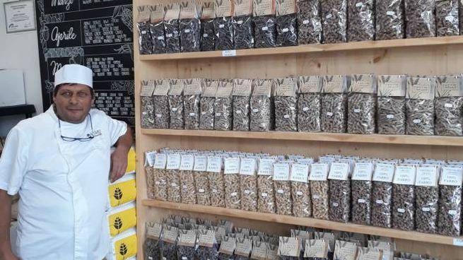 Arialdo Castellani nel suo negozio