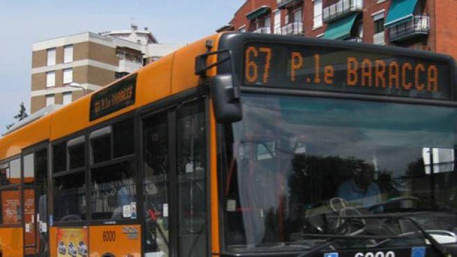 Un bus della linea 67 «assaltato» in via Quinto Romano