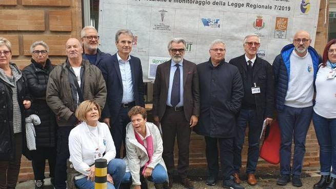 Il gruppo di volontari e operatori con il direttore Licio Livini