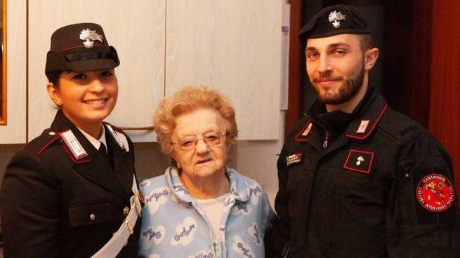 I militari con la signora che hanno aiutato prima del ponte di Ognissanti (FotoSchicchi)