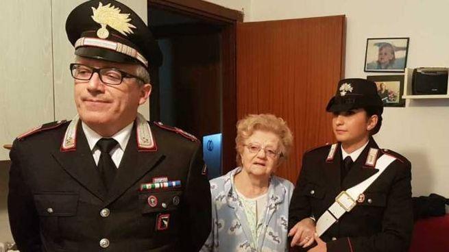 Il luogotenente Nicola Patti, la signora Luciana e una carabiniera del Navile