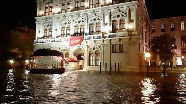 Venezia, l'acqua alta continua a salire (Ansa)