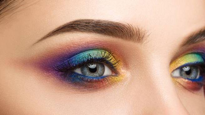 Il trucco multicolore aiuta a dare brillantezza al viso