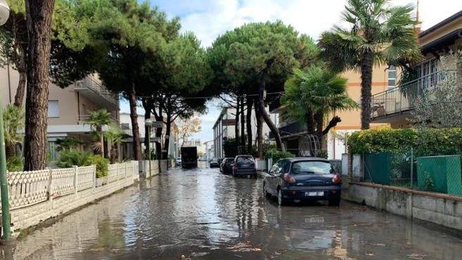 Acqua in strada vicino al porto di Cervia