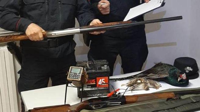 I carabinieri forestali con il materiale sequestrato