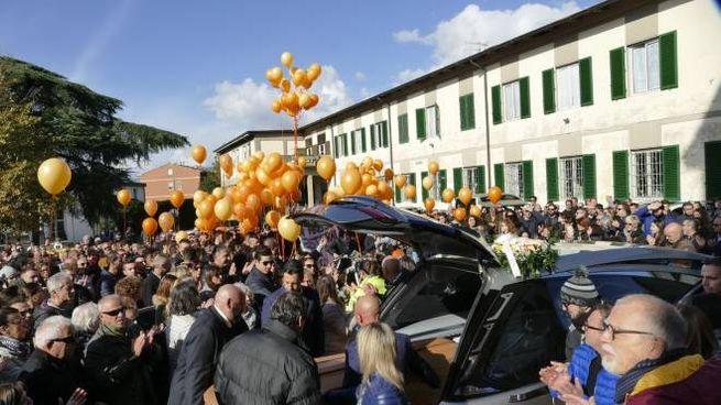 Un momento dei funerali (Foto Attalmi)