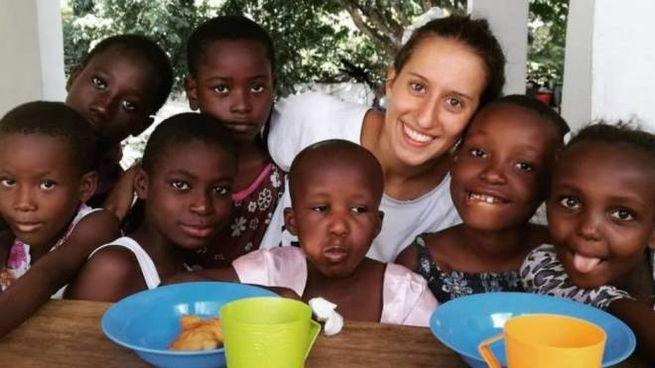 Silvia Romano con un gruppo di bambini africani