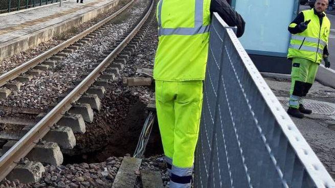Operai al lavoro sulla voragine nei pressi della stazione ferroviaria di Zola Chiesa