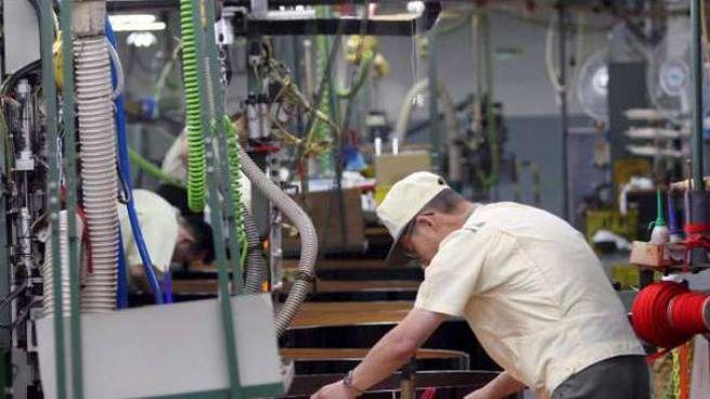 Lavoro in industria (Ansa)