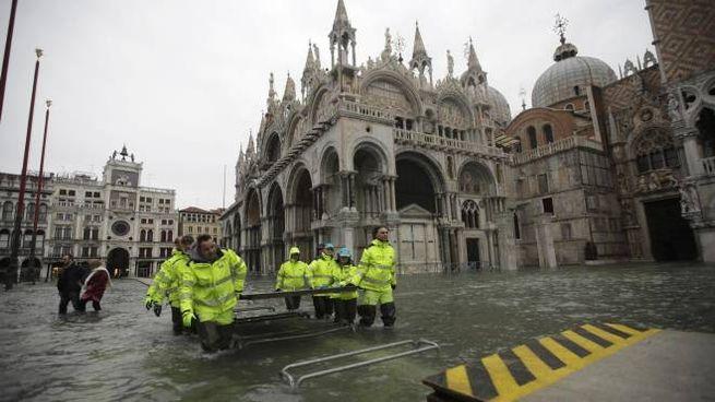 Piazza San Marco chiusa, rimosse le passerelle per l'acqua troppo alta (Ansa)