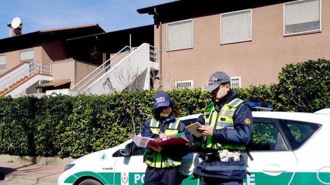 La polizia locale davanti alla villetta ancora abitata da una coppia di sudamericani