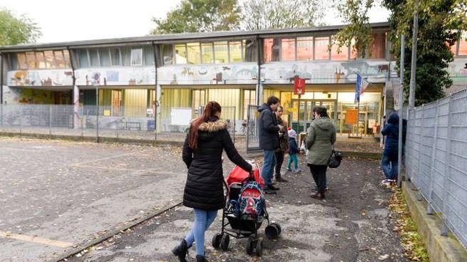 Genitori in attesa dei propri bambini davanti all'ingresso della primaria