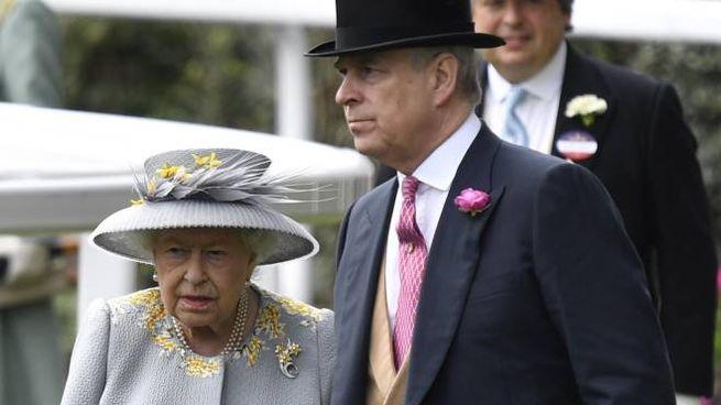 Il principe Andrea con la regina Elisabetta II (Ansa)