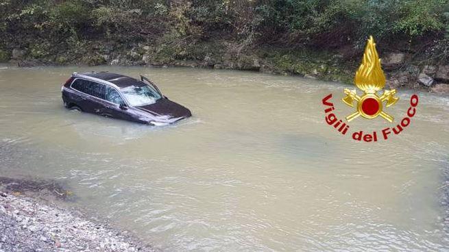 L'auto finita nel fiume a Citerna