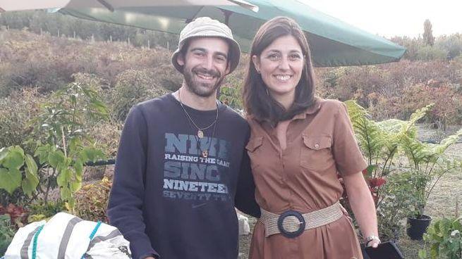 Il designer Giacomo Castana con un'amica e la bici di bambù