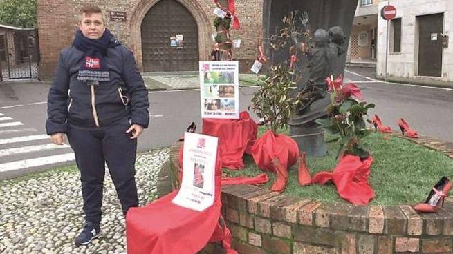 Piazza Castello: il cartello su una sedia dove è sparita la panchina rossa