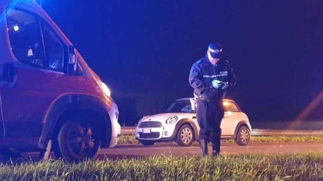 Gli agenti della polizia municipale di Bondeno e i sanitari del 118 durante i soccorsi