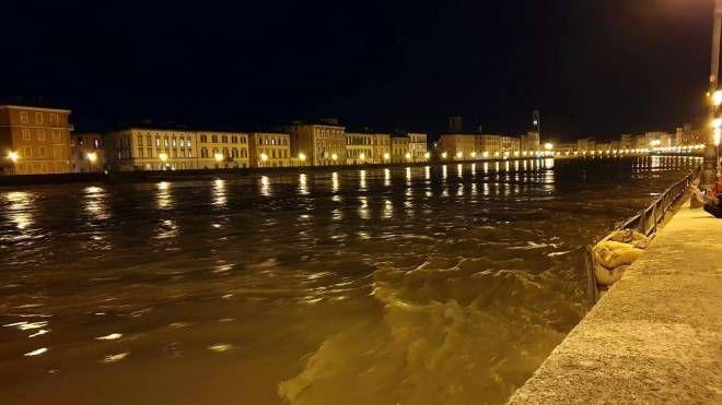 Maltempo. Arno, ore di ansia. Pisa città fantasma: chiusi negozi, scuole, ponti - La Nazione