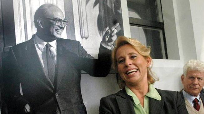 Stefania Craxi di fianco ad una foto del padre (Liverani)