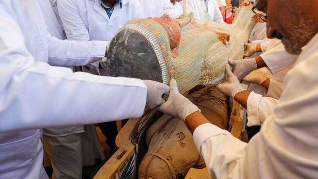 L'apertura di uno dei 31 sarcofagi nei pressi di Luxor