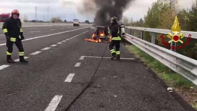 Auto a fuoco in A14, poco prima del casello di Rimini Nord
