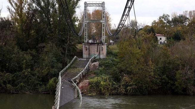 Francia, è crollato il ponte di Mirepoix-sur-Tarn. Vicino a Tolosa. Due morti (Ansa)