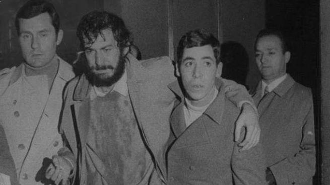 Mario Capanna sorretto dopo l'aggressione di estremisti di destra il 19 novembre del '69