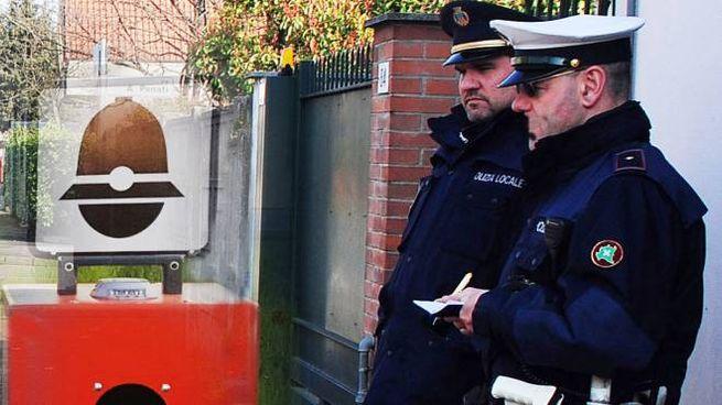 Agenti di polizia locale con un autovelox