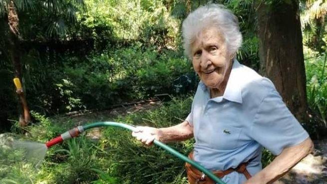 Nonna Pupa impegnata a bagnare il suo giardino