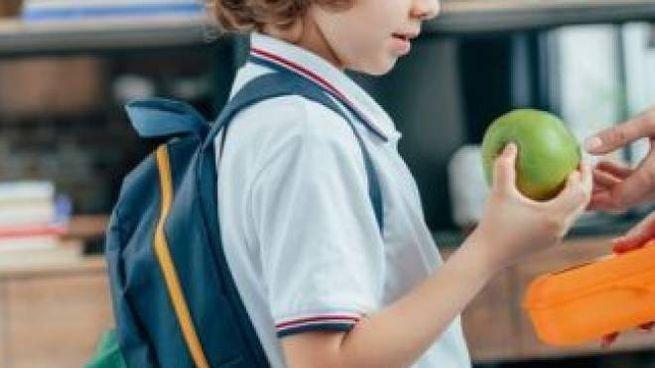 Ai bambini frutta da mangiare