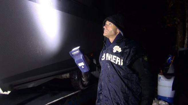 I carabinieri ispezionano l'esterno della roulotte dove è stato trovato il cadavere