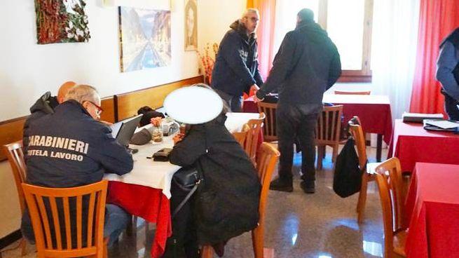 I carabinieri durante l'ispezione alla struttura alberghiera del Comasco
