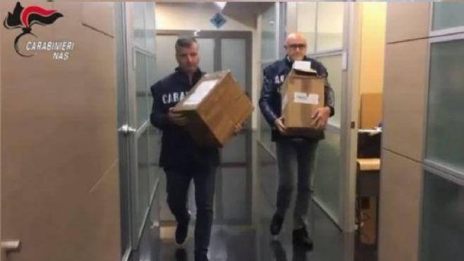 Due carabinieri del Nas di Firenze con alcuni dei farmaci sequestrati