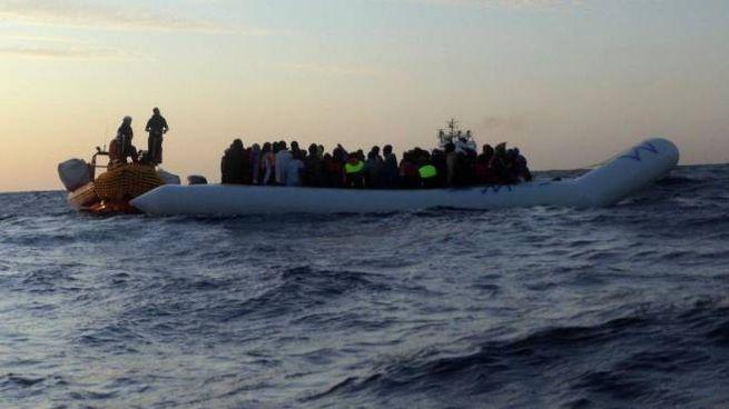 Migranti, un gommone in rotta verso l'Italia (Ansa)