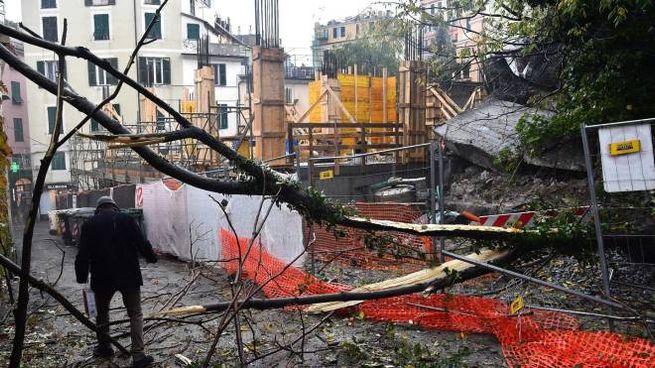 Maltempo a Genova, crolla muro di contenimento (Ansa)