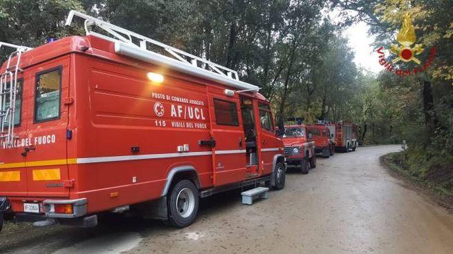 I mezzi dei vigili del fuoco a Sassetta per le ricerche della donna