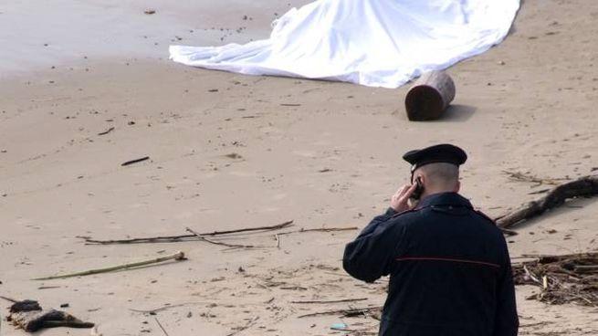 Cadavere in spiaggia, carabinieri al lavoro (Foto di repertorio Agostini)