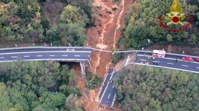 Visione aerea del viadotto crollato (Ansa)